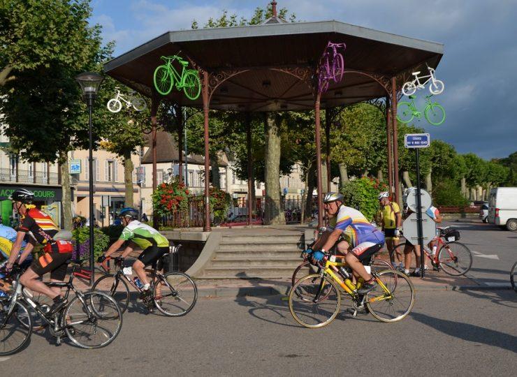 Cyclos devant le kiosque à St-Pourçain